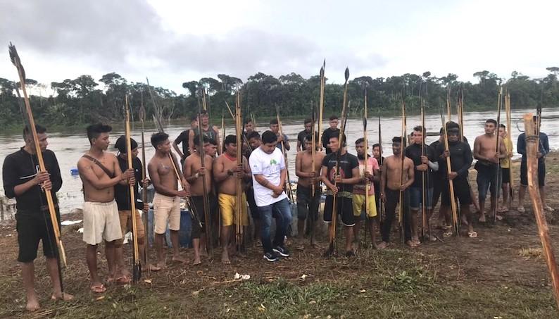 Foto de menina indígena desnutrida alerta para situação de abandono dos Yanomami