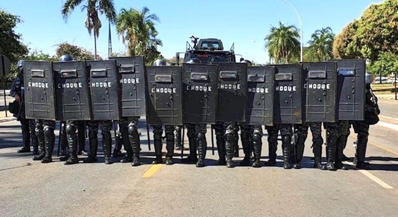 Polícia ataca indígenas com balas de borracha e bombas, em manifestação pacífica, e STF recebe lideranças