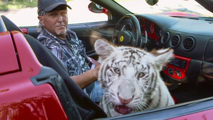 """Mais de 60 animais do parque da polêmica série """"A Máfia dos Tigres"""" serão entregues ao governo dos Estados Unidos"""