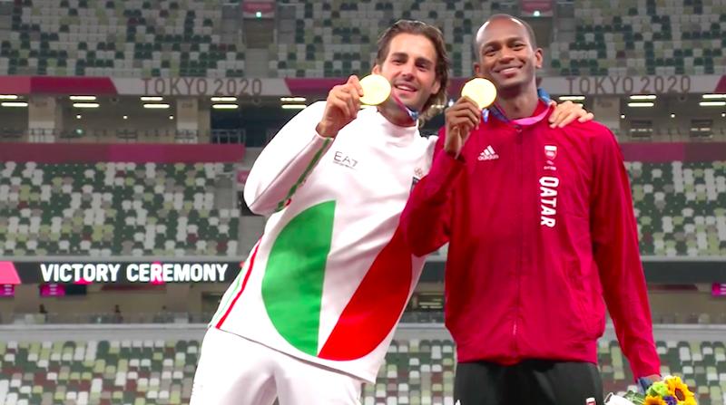 Atletas empatam em competição, dividem prêmio e comovem com história de amizade que simboliza o 'espírito olímpico'