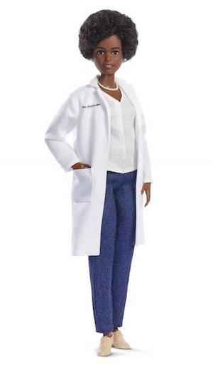 Biomédica brasileira está entre as cientistas homenageadas com bonecas Barbie por sua atuação no combate à covid-19