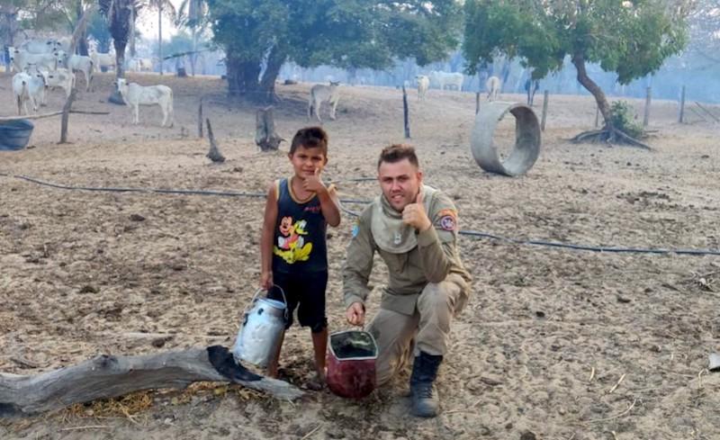 Para salvar sua casa e os animais, menino de cinco anos oferece ajuda a bombeiros no combate ao fogo no Pantanal