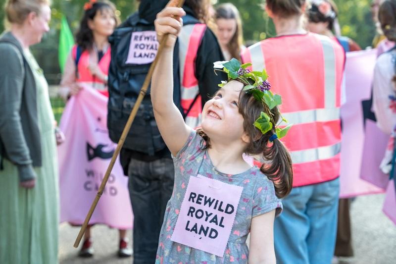 Crianças entregam petição com mais de 100 mil assinaturas para que Família Real restaure florestas do Reino Unido
