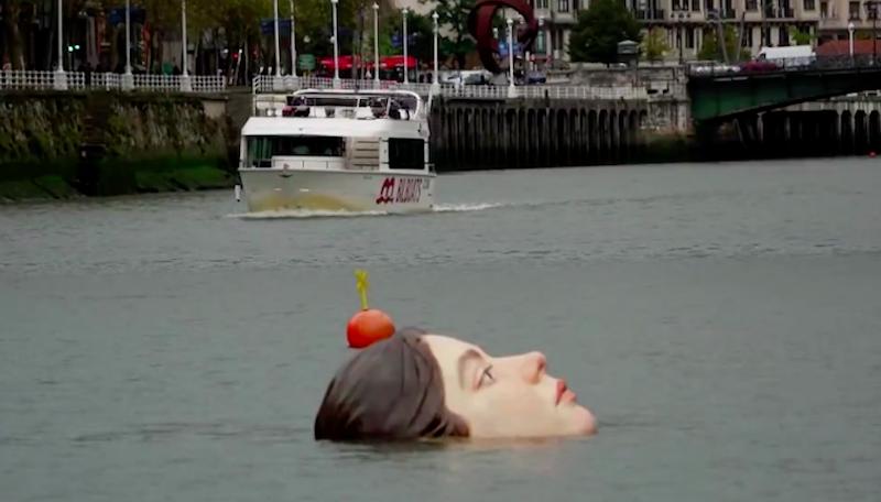 Escultura de menina 'se afogando' em rio da Espanha alerta para crise climática e o futuro de crianças e jovens